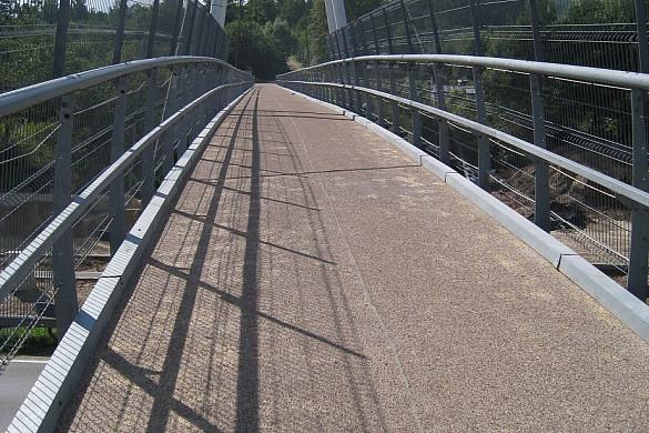 Gājēju tilts pār K. Ulmaņa gatvi - neslīdoša un droša pārklājuma izveidei izmantots MAPEI Mapefloor Parking System