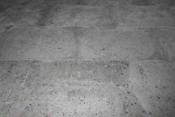 Kā izvairīties no mitruma traipiem uz marmora un granīta grīdām
