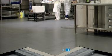 Rescryl BC: Dekoratīvs neslīdošs akrila bāzes pārklājums industriālajām grīdām ar krāsainām smiltīm